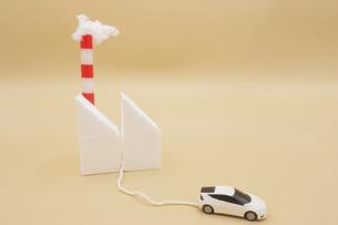CO2を煙突から排出している火力発電所から充電する電気自動車のミニチュア の写真素材 [FYI04768597]