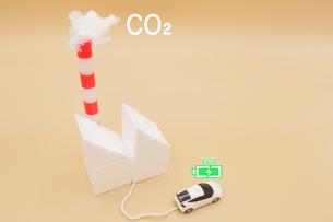 CO2を煙突から排出している火力発電所から充電する電気自動車のミニチュア の写真素材 [FYI04768598]