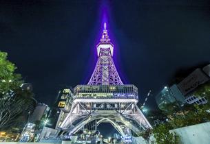 ライトアップされた名古屋テレビ塔を見上げるの写真素材 [FYI04768708]