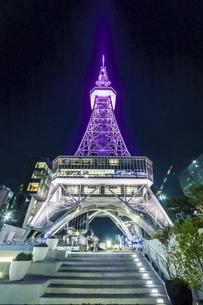 ライトアップされた名古屋テレビ塔を見上げるの写真素材 [FYI04768709]