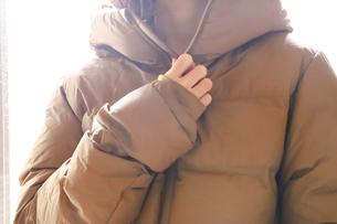 ダウンを着た女性の写真素材 [FYI04768780]
