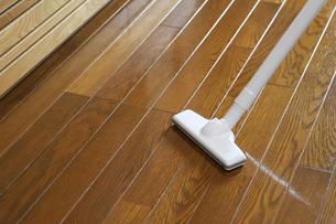 フローリングを掃除する掃除機の写真素材 [FYI04768784]