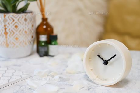 時計とアロマオイルの写真素材 [FYI04768788]