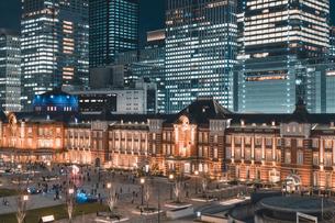 冬の東京駅の夜景の写真素材 [FYI04768811]