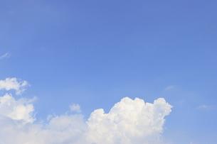 麻布十番から見える青空と夏雲の写真素材 [FYI04768914]