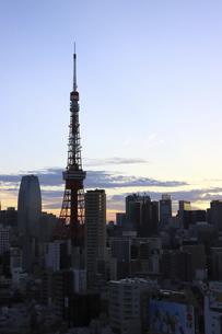 麻布十番から見える東京タワーと港区の高層ビル群の写真素材 [FYI04768923]