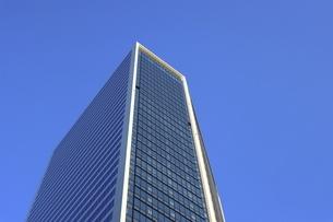 ソフトバンク本社が入る東京ポートシティ竹芝を見上げての写真素材 [FYI04768936]