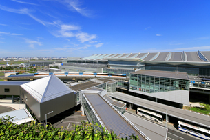 羽田空港第3ターミナルとモノレールの写真素材 [FYI04769077]