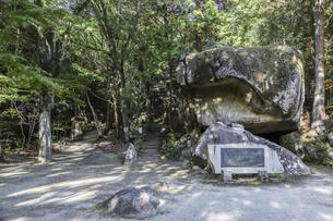 岩屋堂巨岩の祠の写真素材 [FYI04769153]