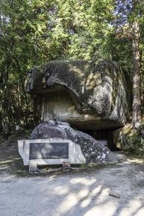 岩屋堂巨岩の祠の写真素材 [FYI04769155]