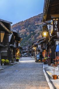 奈良井宿町並み夕景の写真素材 [FYI04769177]