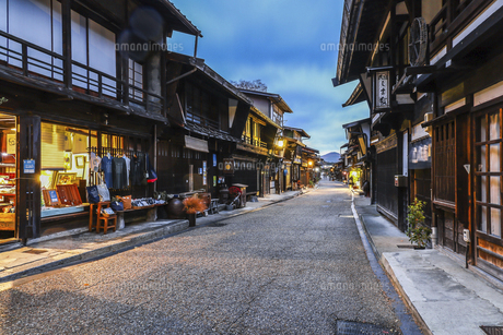 奈良井宿町並み夕景の写真素材 [FYI04769178]