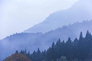 かすみかかる木曽の山並み夕景の写真素材 [FYI04769179]