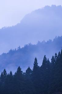 かすみかかる木曽の山並み夕景の写真素材 [FYI04769180]