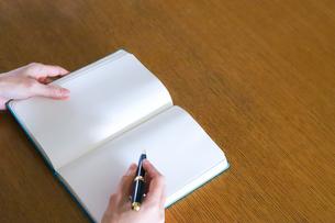 日記を書く手元の写真素材 [FYI04769228]