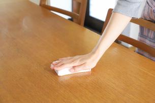 テーブルを拭く女性の写真素材 [FYI04769235]