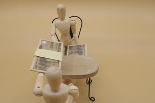 机の下でキックバックを受け取るデッサン人形の写真素材 [FYI04769369]