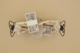 机の下でキックバックを受け取るデッサン人形の写真素材 [FYI04769372]