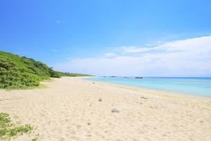 白い砂浜と波照間ブルーの海・日本最南端にある波照間島のニシ浜の写真素材 [FYI04769419]