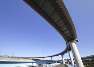 宙を馳ける高速道路の写真素材 [FYI04769445]
