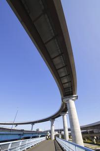 宙を馳ける高速道路の写真素材 [FYI04769526]