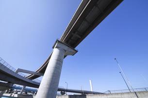 宙を馳ける高速道路の写真素材 [FYI04769527]