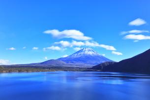 世界文化遺産 本栖湖より冠雪の富士山の写真素材 [FYI04769581]