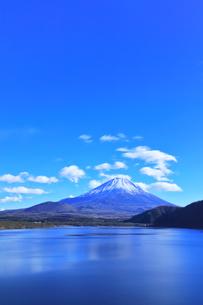 世界文化遺産 本栖湖より冠雪の富士山の写真素材 [FYI04769582]