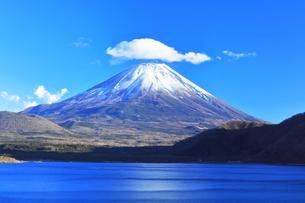 世界文化遺産 本栖湖より冠雪の富士山の写真素材 [FYI04769583]