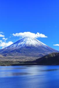 世界文化遺産 本栖湖より冠雪の富士山の写真素材 [FYI04769584]
