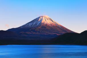 世界文化遺産 本栖湖より冠雪に夕焼けの富士山の写真素材 [FYI04769585]