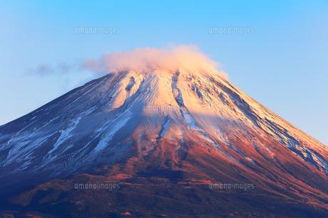 世界文化遺産 本栖湖より冠雪に夕焼けの富士山の写真素材 [FYI04769586]