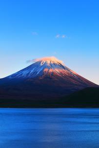 世界文化遺産 本栖湖より冠雪に夕焼けの富士山の写真素材 [FYI04769587]