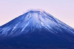 世界文化遺産 本栖湖より冠雪に夕焼けの富士山の写真素材 [FYI04769588]