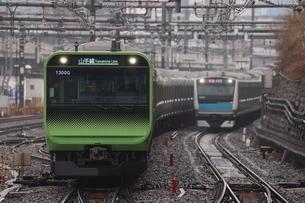 山手線E235系と京浜東北線E233系の並走の写真素材 [FYI04769604]
