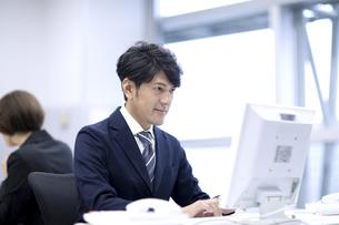 オフィスで仕事をするビジネスマンの写真素材 [FYI04769697]