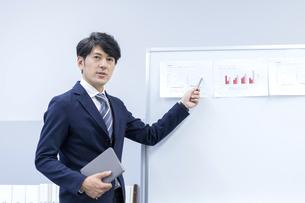 プレゼンするビジネスマンの写真素材 [FYI04769699]