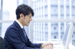 タイピングするビジネスマンの写真素材 [FYI04769706]