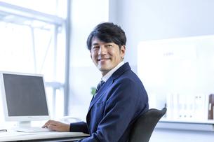 笑顔のビジネスマンの写真素材 [FYI04769707]