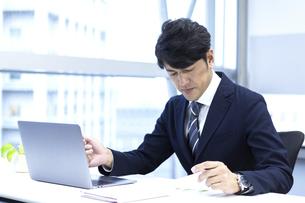 疲労を感じるビジネスマンの写真素材 [FYI04769708]