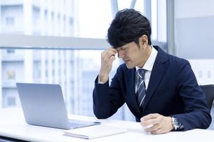 疲労を感じるビジネスマンの写真素材 [FYI04769711]
