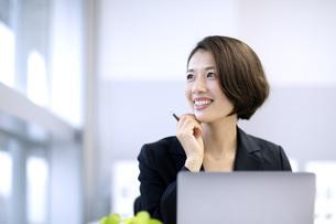 笑顔のビジネスウーマンの写真素材 [FYI04769736]