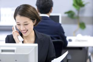 電話をするビジネスウーマンの写真素材 [FYI04769745]