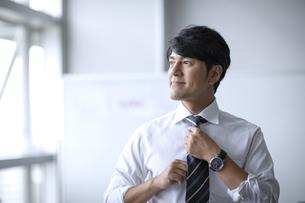 ネクタイを締めるビジネスマンの写真素材 [FYI04769763]