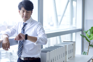 時間を気にするビジネスマンの写真素材 [FYI04769776]