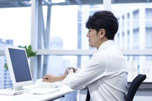 パソコンに向かうビジネスマンの写真素材 [FYI04769777]