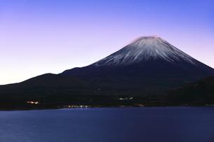元日の本栖湖より冠雪の富士山に夜明けの写真素材 [FYI04769802]