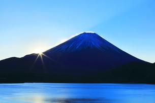 元日の本栖湖より冠雪の富士山に初日の出の写真素材 [FYI04769803]