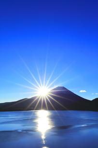 元日の本栖湖より冠雪の富士山に初日の出の写真素材 [FYI04769804]