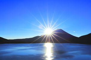 元日の本栖湖より冠雪の富士山に初日の出の写真素材 [FYI04769805]